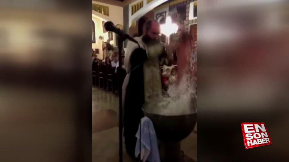 Vaftiz töreninde bebeği öldüresiye suya daldırıp çıkardı din adamı