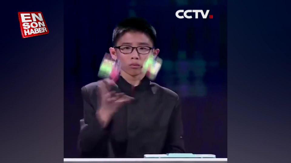 Rubik küpünü havada çözen Çinli çocuk