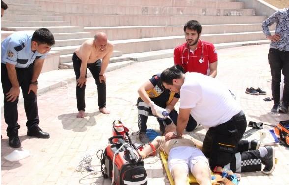 Suni gölette boğulan çocuğu belediye başkanı kurtardı