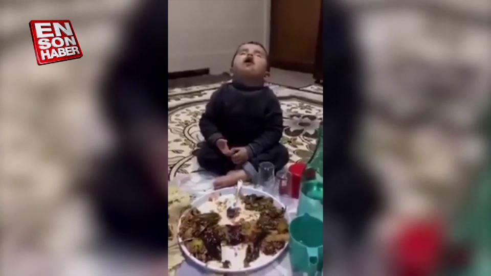 Sahurda uyuyarak yemek yiyen ufaklık