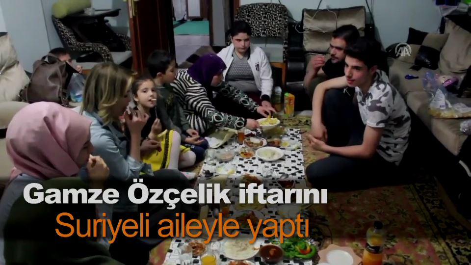 Gamze Özçelik iftarını Suriyeli aileyle yaptı