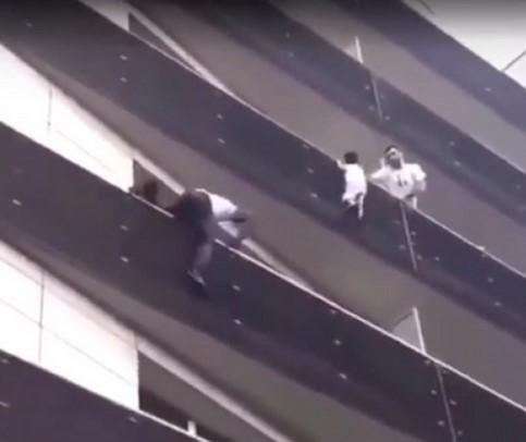 Paris'te cesur adam çocuğu kurtarmak için 4 kat tırmandı