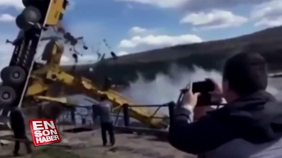 Tekneyi suya indiren vinç devrildi