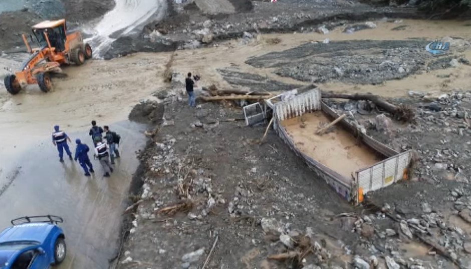 Bursa'da sel sularına kapılıp çamura gömülen kamyon