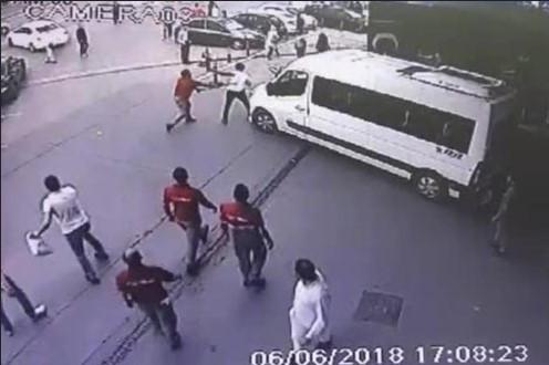 Minibüs şoförü polise kemerle saldırdı