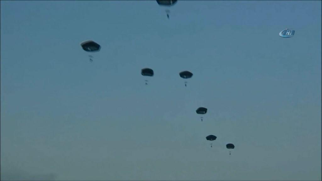 Özel Kuvvetlerden Statik paraşüt atlayışı