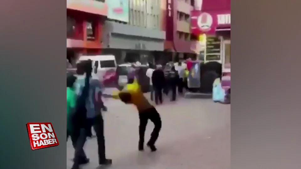 Sokak ortasında takla atan Suriyeli iki kişiyi devirdi