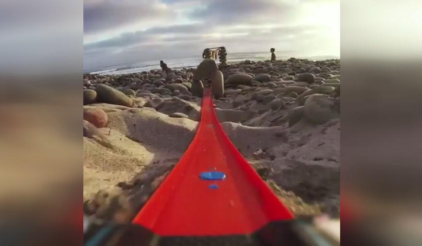 Plajdar kurulan oyuncak araba pistinde GoPro kaydırmak