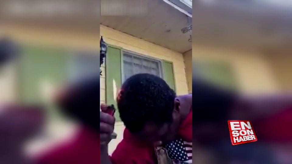 Ateşle saç tıraşı yapan garip adam