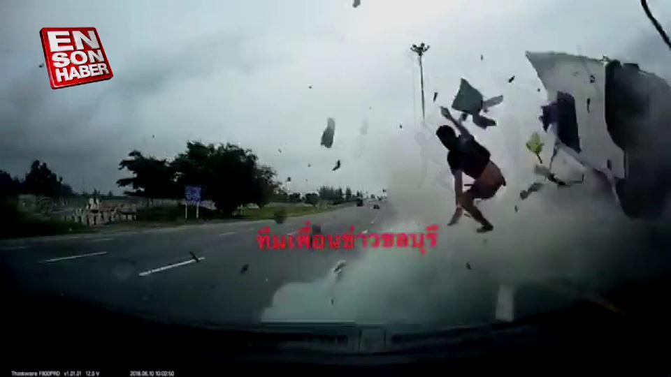 Kaza yapan tır şoförü pencereden dışarı uçtu