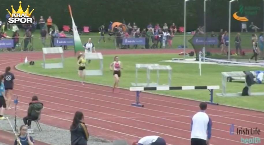 Düşe kalka yarışı kazanan kadın atlet