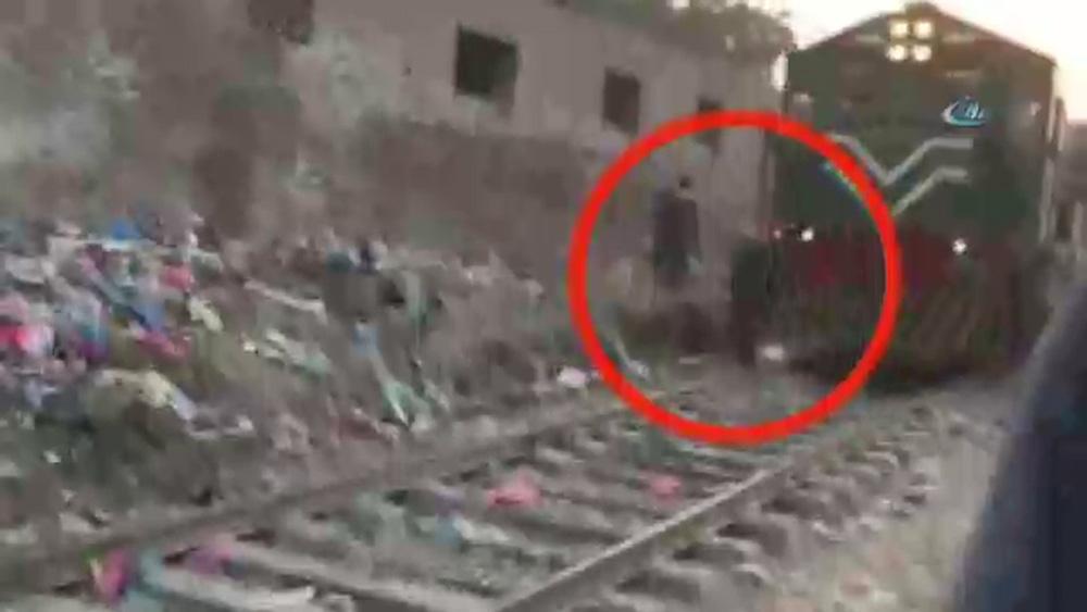 Pakistan'da trenin yaşlı adama çarptığı anlar
