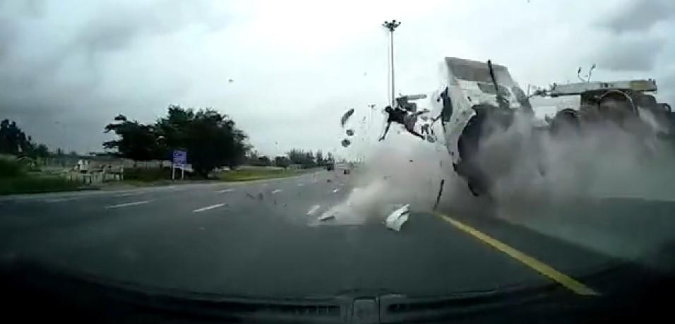 Tayland'da emniyet kemerini takmayan sürücü araçtan uçtu