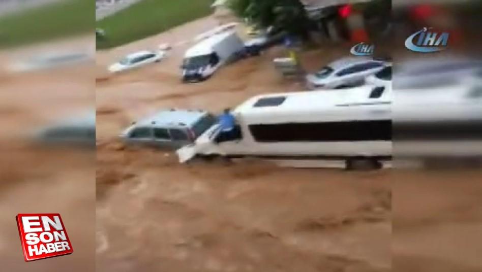 Kahramanmaraş'ta şoför, selden saniyelerle kurtuldu