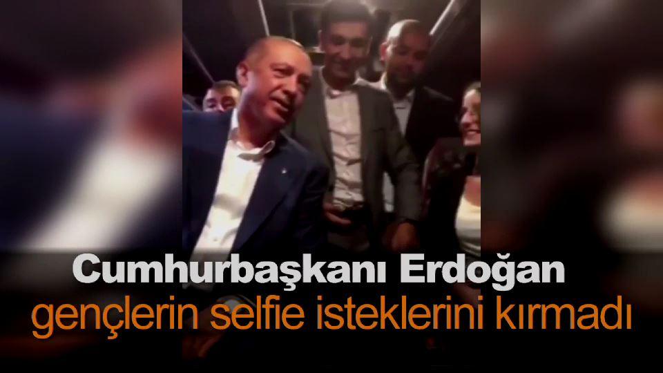 Erdoğan gençlerin selfie isteklerini kırmadı