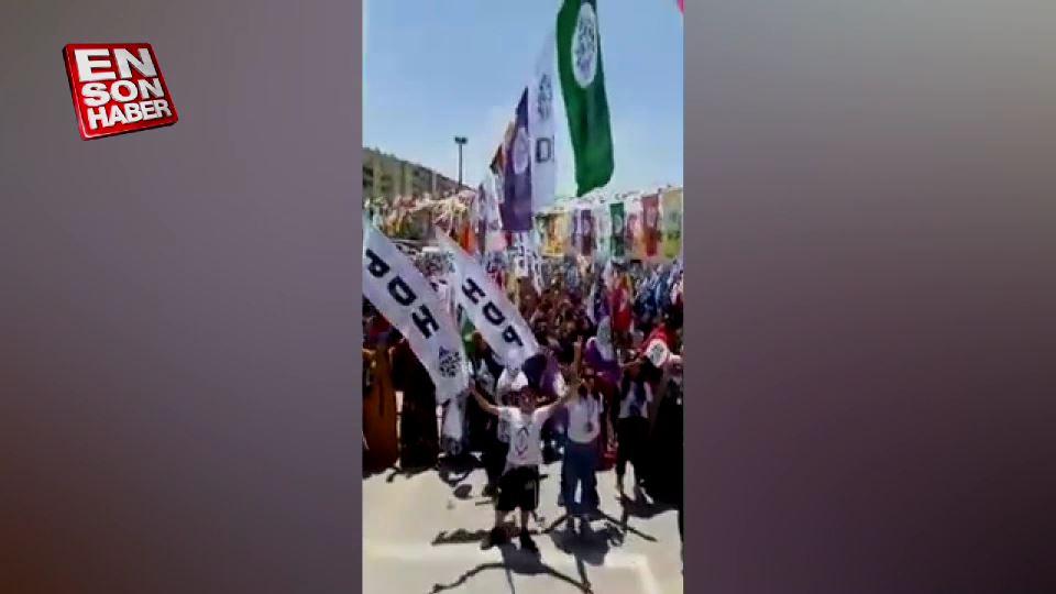 HDP mitinginde terörislere saygı duruşu