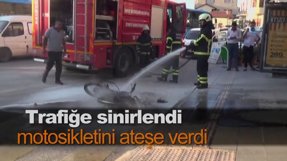 Trafiğe sinirlendi motosikletini ateşe verdi