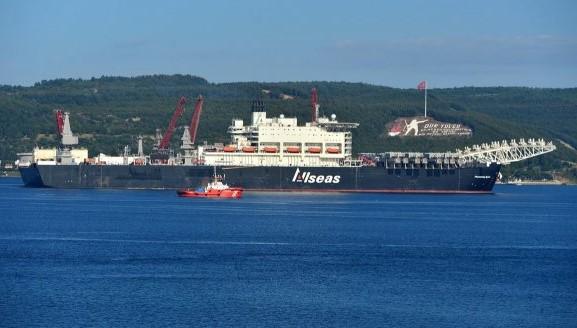 Dünyanın en büyük inşaat gemisi Çanakkale'den geçti