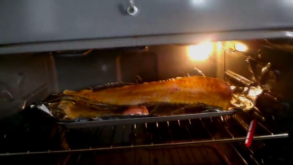 Fırında pişerken zıplayan balık