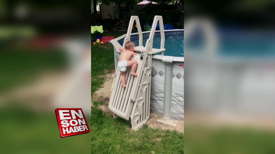 Havuza girebilmek için merdiveni azimle tırmanan bebek