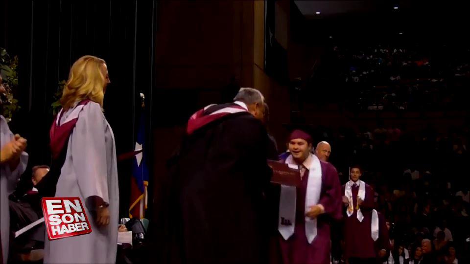 Down sendromlu gencin mezuniyet sevinci
