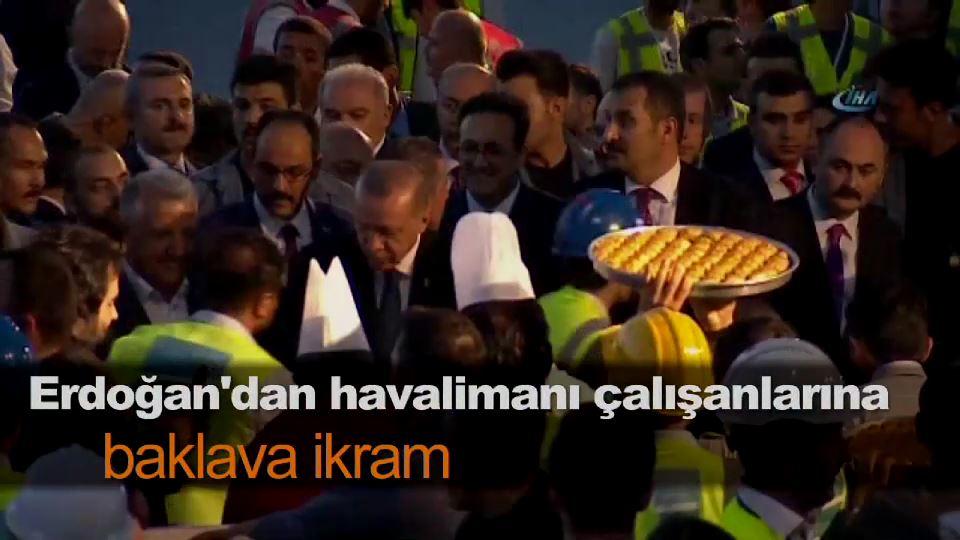 Erdoğan'dan havalimanı çalışanlarına baklava ikram