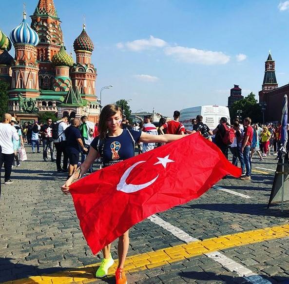 Rus şarkıcı Moskova sokaklarında Türk bayrağı açtı