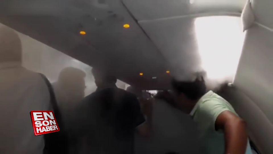 İnmeyi reddeden yolcuları uçaktan soğuk hava ile kovdular