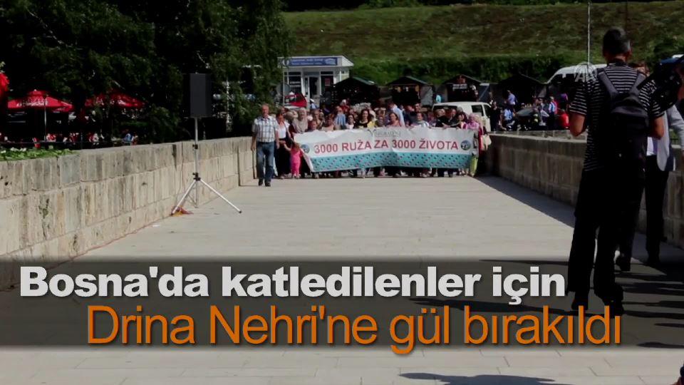 Bosna'da katledilenler için Drina Nehri'ne gül bırakıldı