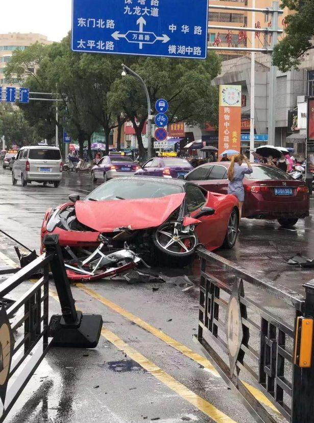 Ferrari'sini ilk sürüşte parçalayan Çinli sürücü