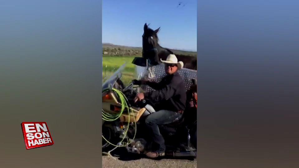 Atıyla motosiklet yolculuğu yapan adam