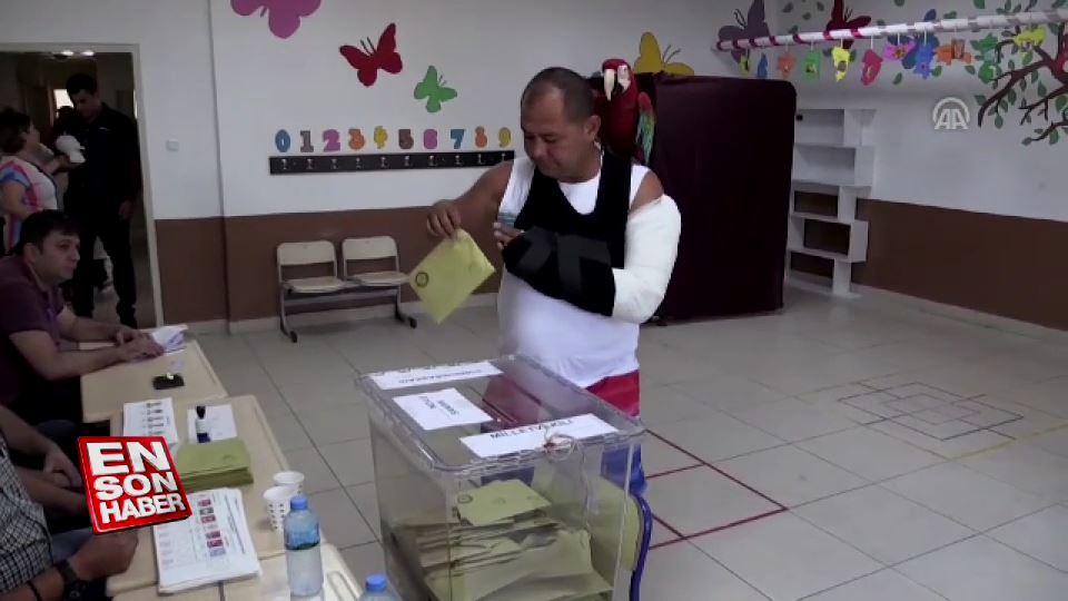 Papağanlarıyla oy kullandılar