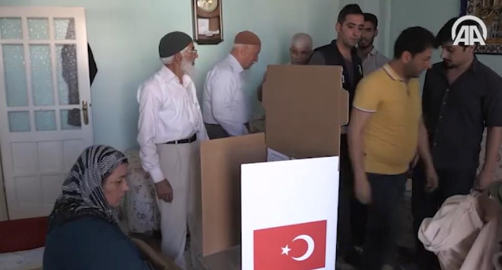 Yatağa bağımlı vatandaşlar evlerine götürülen sandıkta oylarını kullandı