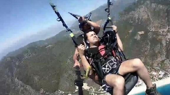 Yamaç paraşütüyle atlayış yapan tatilcinin korkusu