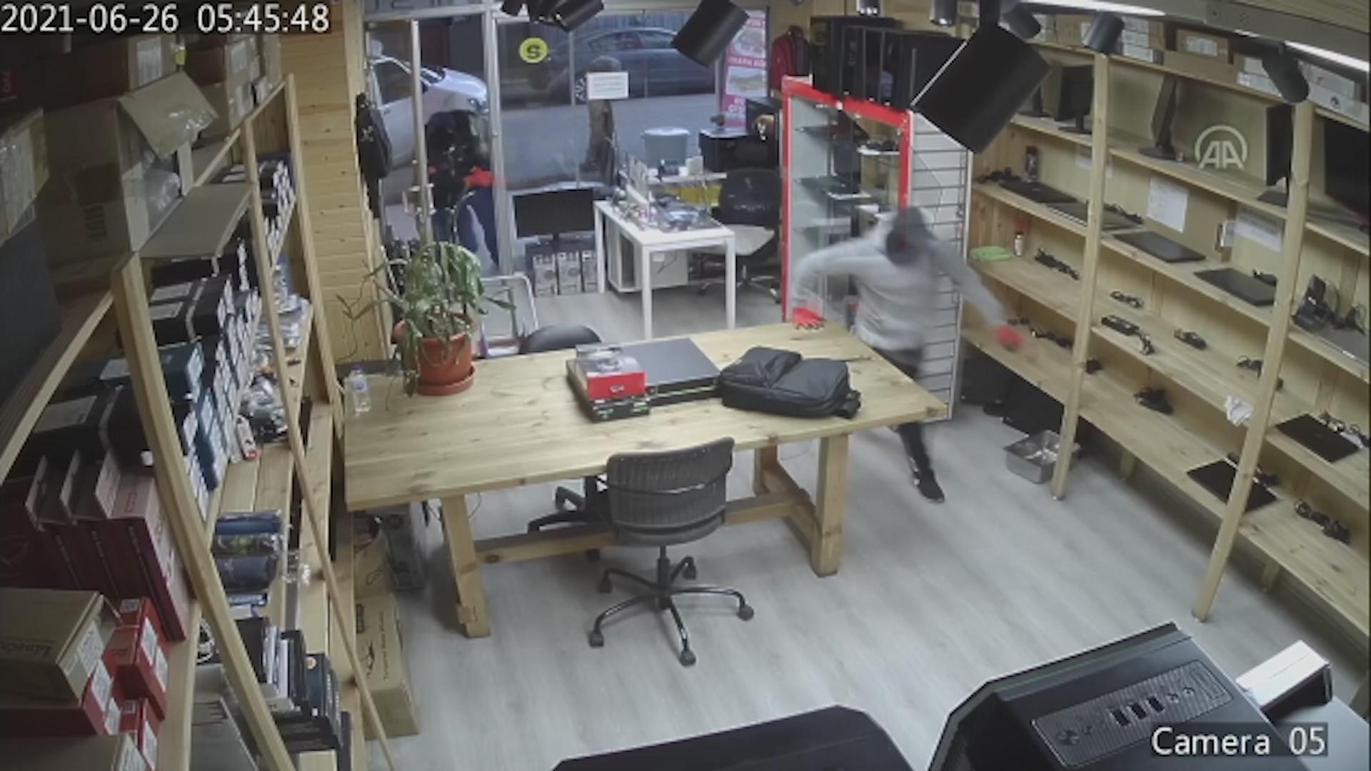 Avcılar'da elektronik eşya dükkanında yapılan hırsızlık an